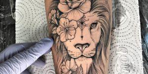 León con flores en su melena por Thony Tattoo