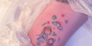 Madre e Hija tomadas de la mano por Alynana Tattoos