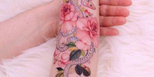 Serpiente y flores por Chaewha Tattoo