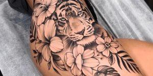 Tigre asomado entre flores por Jai Cheong