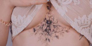 Escarabajo entre flores por Karolina Szymańska