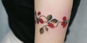 Enredadera de moras rojas por Tattooist Sion