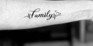 Frase: Family por Skin Machine Tattoo Studio, Yash Prajapat
