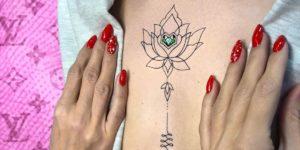 Unalome Flor de Loto y diamante verde por Risha Tattoo